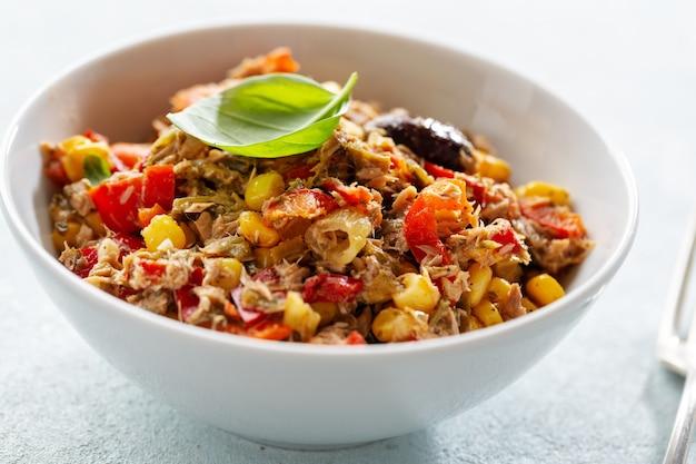 야채와 함께 맛있는 식욕을 돋우는 참치 샐러드가 그릇에 제공됩니다.