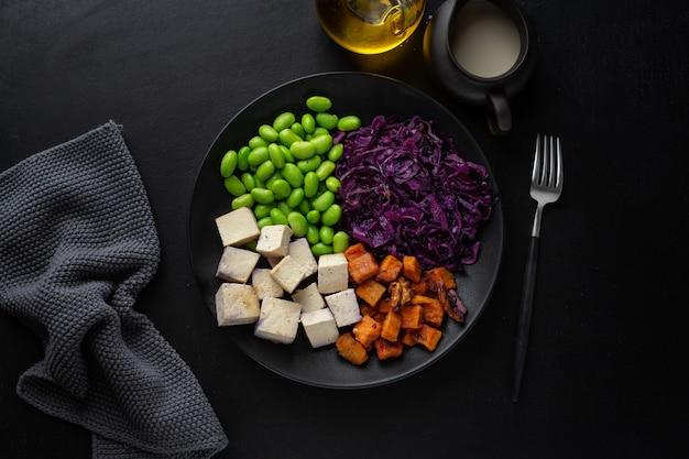 접시에 두부와 함께 맛있는 식욕을 돋우는 채식주의 자 그릇