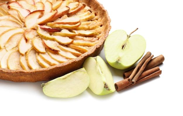 Вкусный яблочный пирог на белом