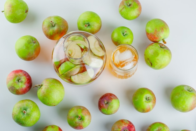 白のジュースとおいしいりんご。