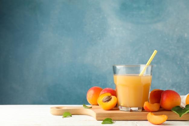 おいしいアプリコットと木製のテーブルのジュース