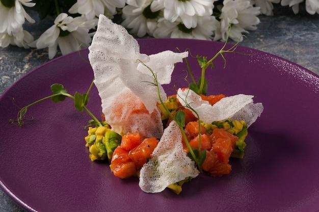 Вкусный тартар из авокадо и лосося в ресторане