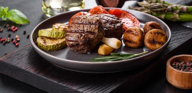 야채, 버섯, 향신료와 함께 맛있는 구운 쇠고기 메달