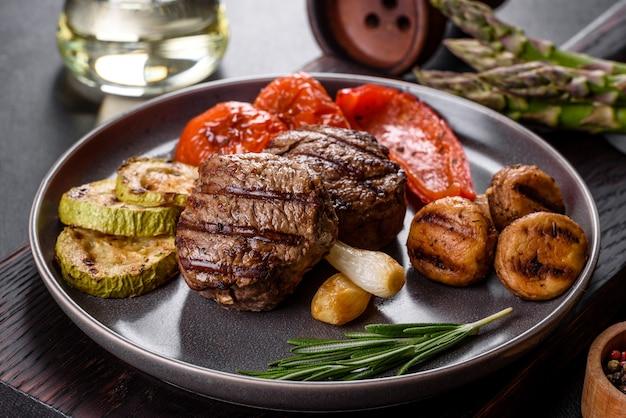 야채, 버섯, 향신료와 함께 맛있는 구운 쇠고기