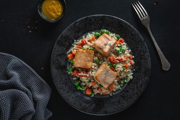 低炭水化物ダイエットのプレートに野菜を詰めたおいしい焼き魚