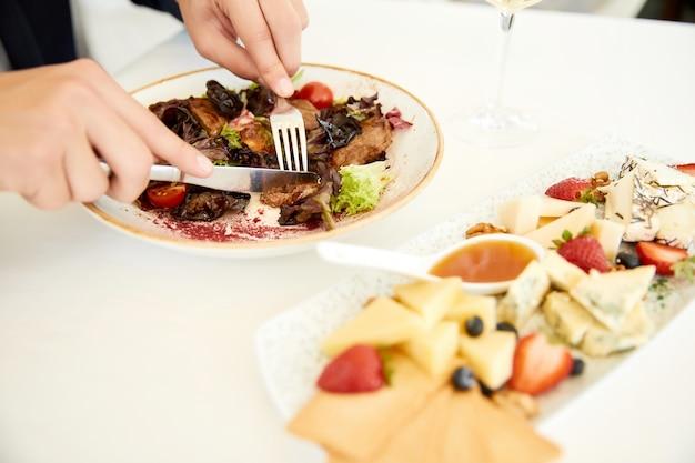 Вкусный салат из говядины и сырный набор
