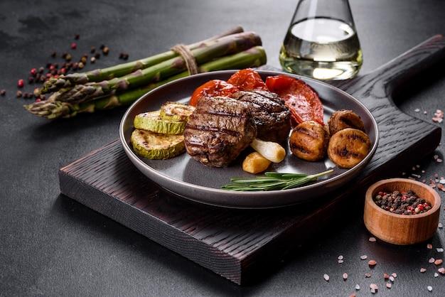 야채, 버섯, 향신료와 함께 맛있는 쇠고기
