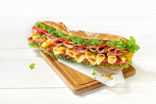 Вкусный большой бутерброд на белом