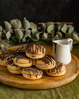 Вкусное печенье со сливками на деревянной доске