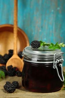 맛있는 블랙 베리 잼, 신선한 딸기, 나무 테이블에