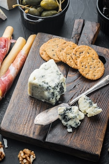 검은 배경에 맛있는 블루 치즈 세트