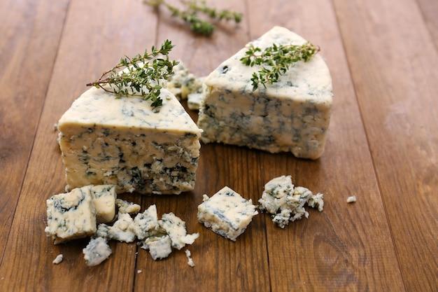 Вкусный голубой сыр с тимьяном, на деревянном столе