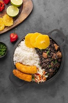 보기 위의 오렌지와 함께 맛있는 브라질 요리
