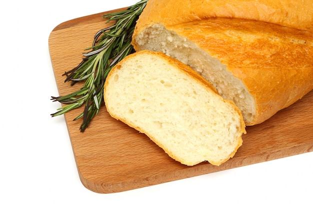 おいしいパンと木の板にハーブ