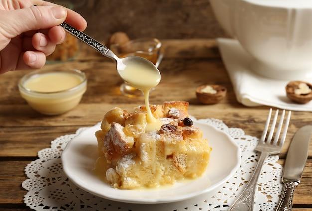접시에 설탕 가루와 함께 맛있는 빵 푸딩