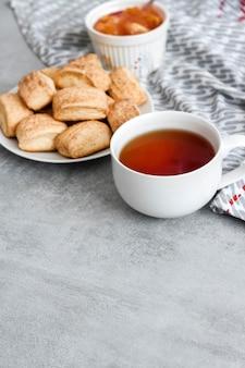 おいしい朝食。自家製の甘いシナモンクッキーとお茶。
