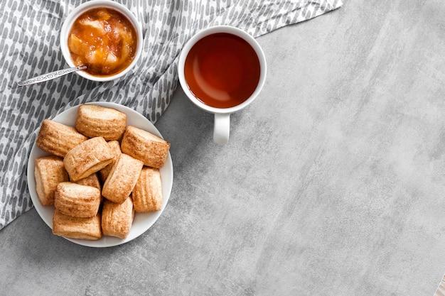 おいしい朝食。自家製の甘いシナモンクッキー、お茶、リンゴのコンフィチュール。上面図
