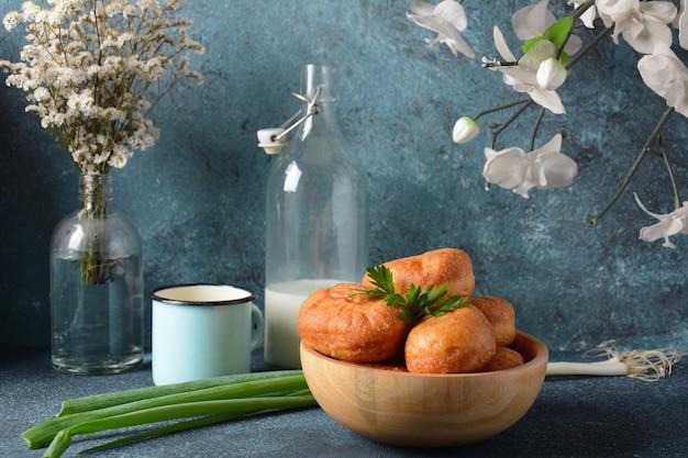 Вкусный завтрак в деревенском стиле. фаршированные булочки (пирожки)
