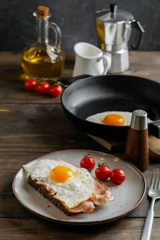 Вкусный завтрак с яйцом и беконом под высоким углом