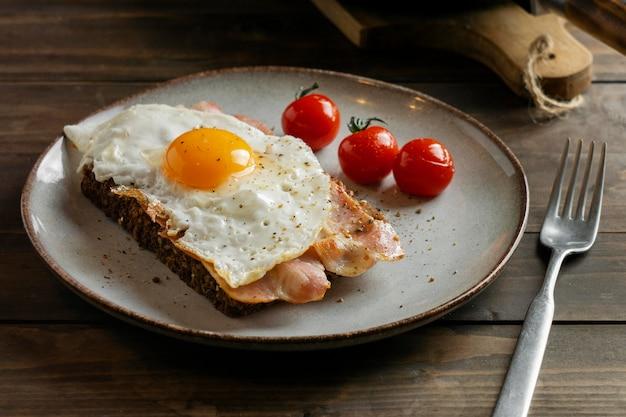 Вкусный завтрак с яйцом и беконом