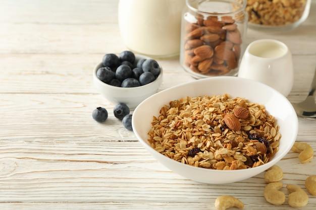 Вкусный завтрак с мюсли на деревянном столе