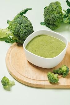 緑の背景においしいブロッコリースープ