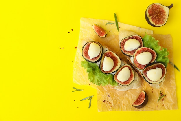 Вкусная брускетта с инжиром на желтом фоне