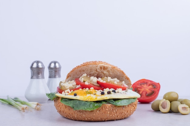 Gustoso hamburger con pomodoro, formaggio, lattuga su bianco.