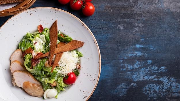 Вкусный салат цезарь с курицей и овощами