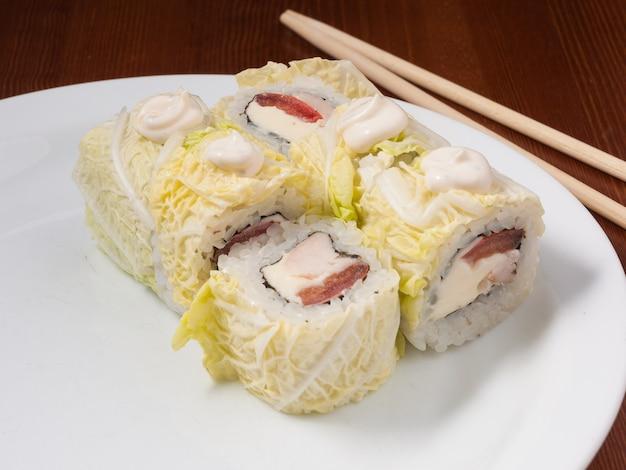 白い皿に美味しいシーザー巻き寿司