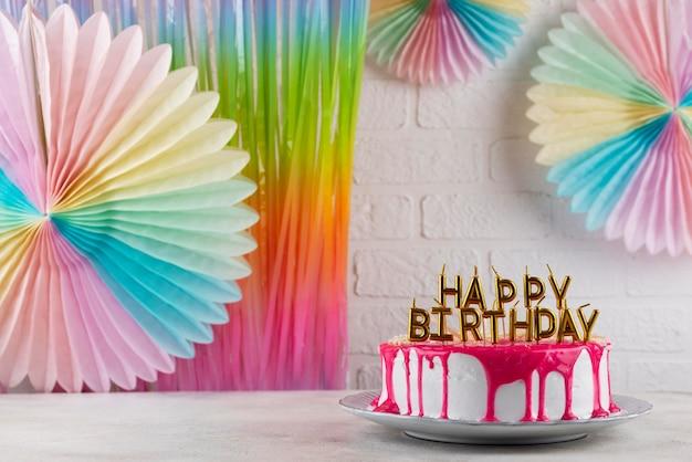 Вкусный торт и праздничные украшения