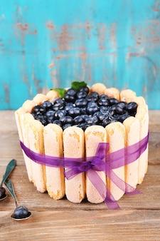 木製のテーブルにブルーベリーのおいしいケーキ シャーロット