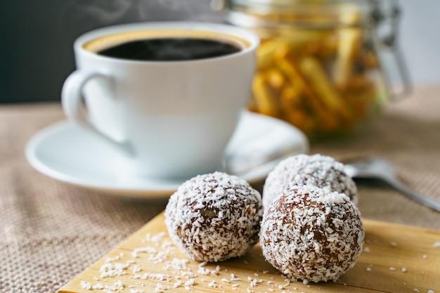 木の板にココナッツを添えたおいしいキャンディーヘルシーでおいしい朝食