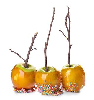 Яблоки вкусные конфеты на белом