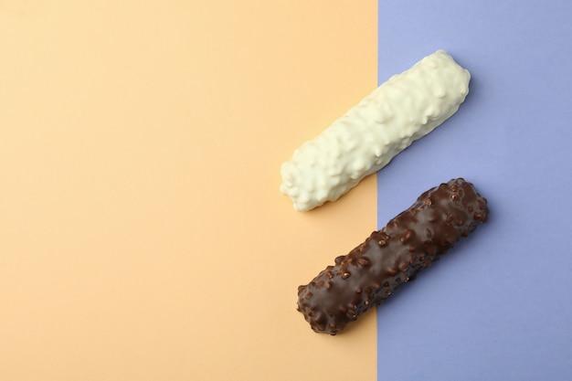 Вкусные конфеты на двухцветном фоне