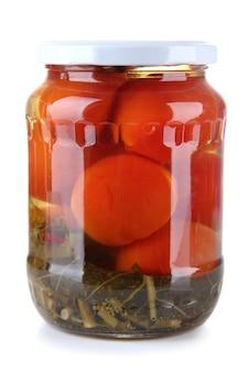 Вкусные консервированные помидоры в стеклянной банке, изолированные на белом