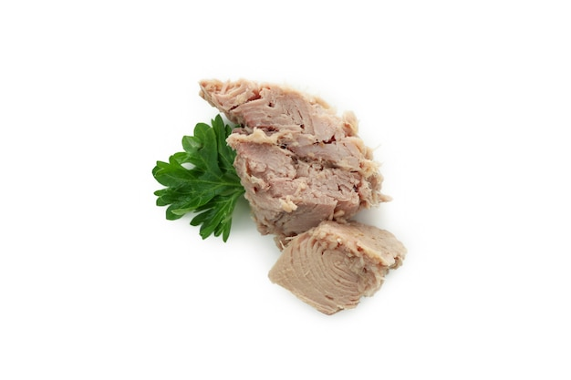 Вкусный консервированный тунец, изолированные на белом фоне