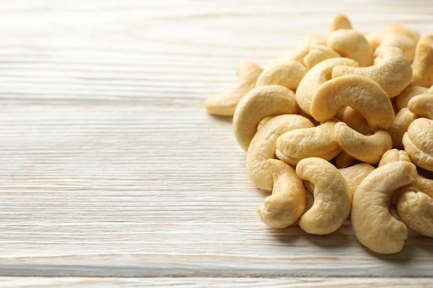 Вкусные орехи кешью на белой деревянной предпосылке. витаминная пища