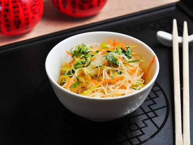 Вкусный целлофан с овощами в белой миске