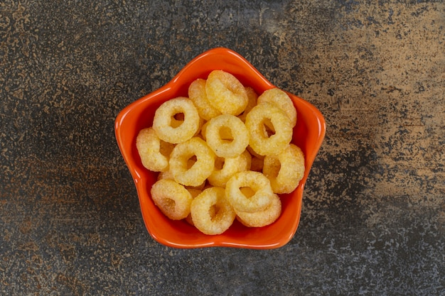 오렌지 그릇에 맛있는 시리얼 반지.