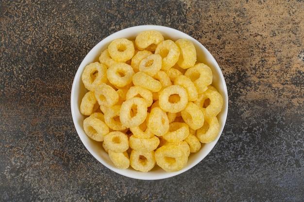 Gustosi anelli di cereali in una ciotola bianca.