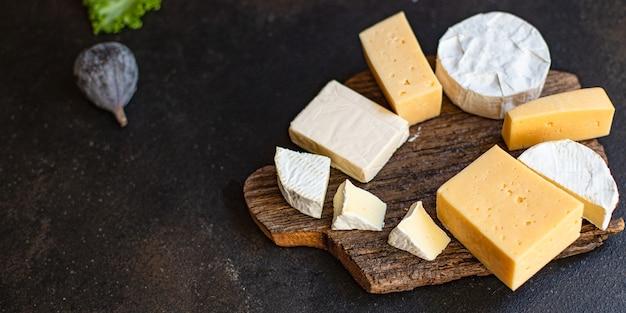 木の板においしいチーズ盛り合わせ