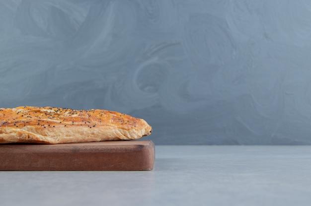 나무 판자에 맛있는 치즈 파이.