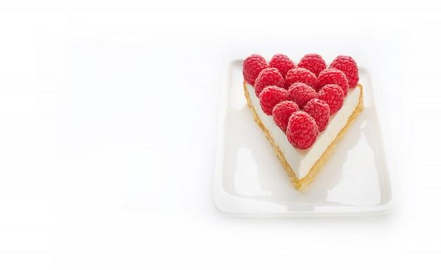 白いプレートにラズベリーとおいしいチーズケーキのスライス