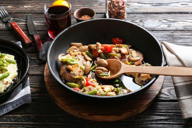 テーブルの上の鍋においしいチキンマルサラ