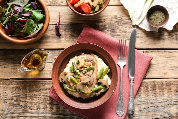 テーブルの上に野菜とおいしいチキンマルサラ