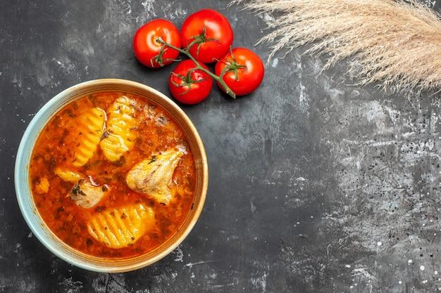 감자를 곁들인 맛있는 치킨 수프