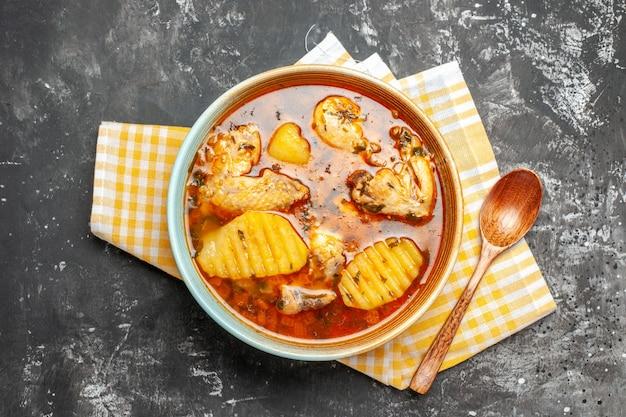 Gustosa zuppa di pollo con patate