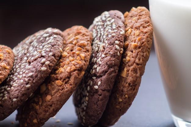 ミルクのガラスとおいしいチョコレートとピーナッツのクッキー