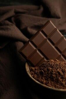 Вкусная плитка шоколада и порошок, крупным планом